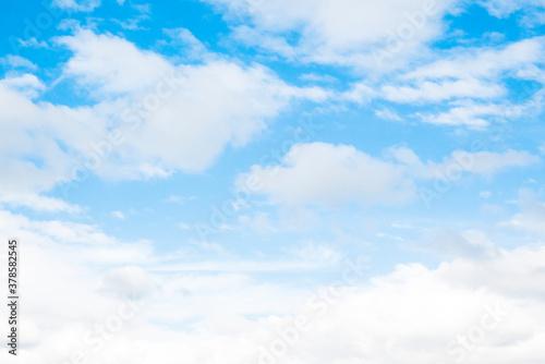 もくもくした雲の多い青い空 Wallpaper Mural