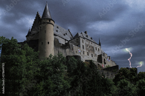 Fotografía Castle shrouded in storm and lightning under a cloudy sky