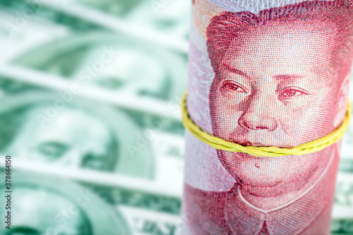 Papel de parede Chinese yen roll of 100 yen or Renminbi, with Mao Tse Dong's mouth closed, blurred background