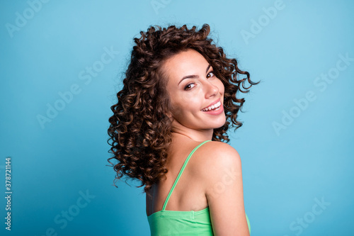 Fotografia Profile photo of adorable nice shiny girl lady model beaming smile shoulder view