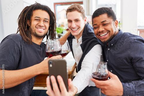 Fotomural Drei Männer als Freunde machen Selfie mit Smartphone