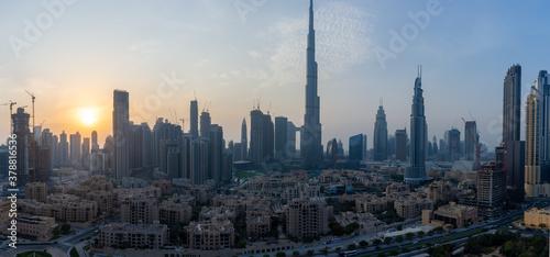 Fotografia Iconic panorama at sunset of Burj Khalifa and Dubai Skyline as sun sets with and