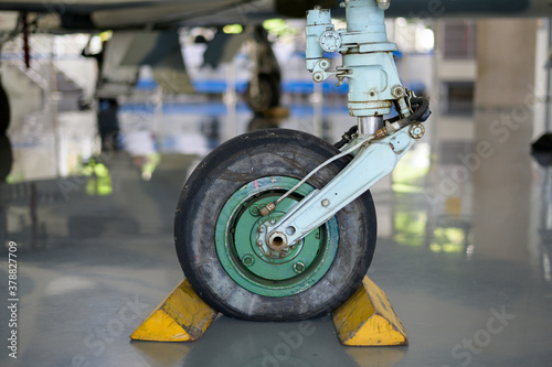 Photo Close up of airplane wheel in an airfield