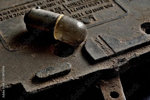 Valokuva Lampada pequena e velha acima de um disjuntor cheios de poeira