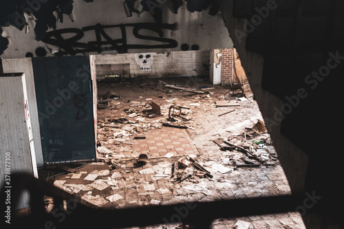 Fotografía interior of an abandoned building with decaying remains