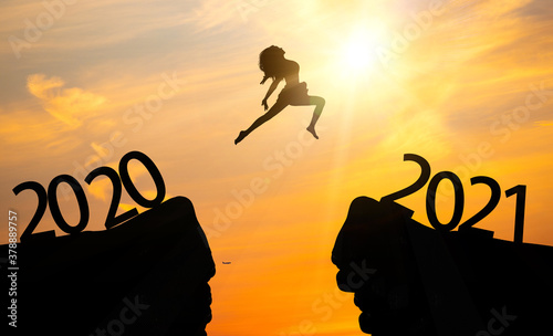 Silhouettes of women leap across the chasm Fototapet