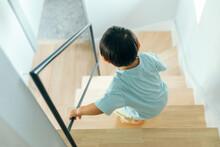 小さい男の子が家の階...