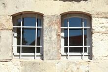 Altes Fenster Mit  Fenstergitt...