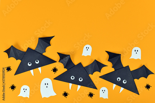 Foto Cute paper vampire bats with googly eyes and ghosts and spiders on orange Hallow