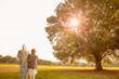 公園にいる老夫婦