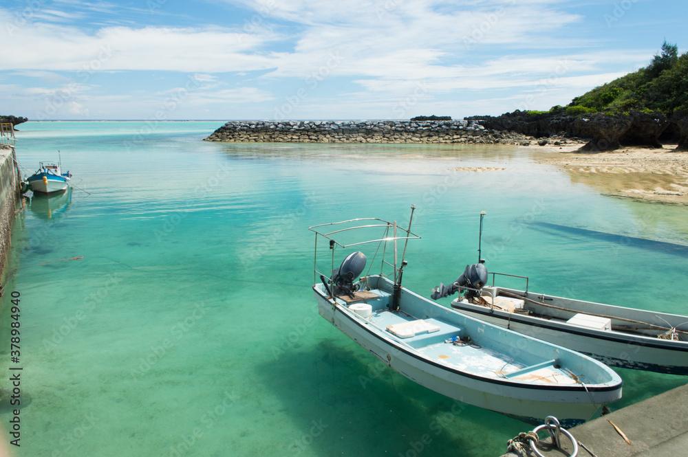 Fototapeta 透明度の高い港に浮かぶ3艇の小型船