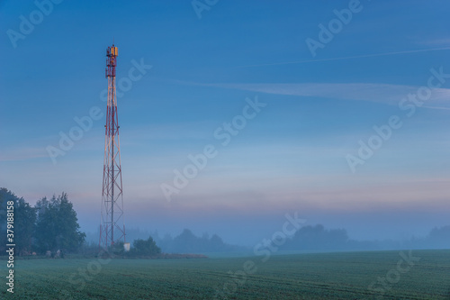 Fotografering mobile network mast in the field in the morning