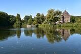 Fototapeta Londyn - Zamek w parku i odbicie w lustrze wody
