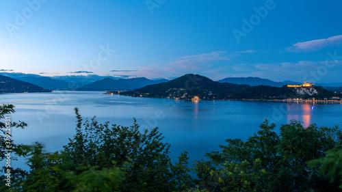 Lago Maggiore e la Rocca di Angera fotografati dalle alture di Arona (NO), Piemonte, Italia Billede på lærred