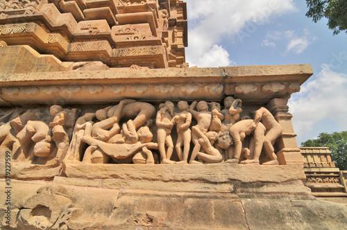 Khajuraho – sceny erotyczne na płaskorzeżbach świątynnych, Indie