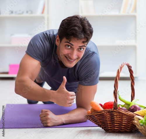 Fototapeta Man promoting the benefits of healthy eating and doing sports obraz