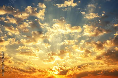 Photo sunrise sky, sunlight shining through clouds in morning