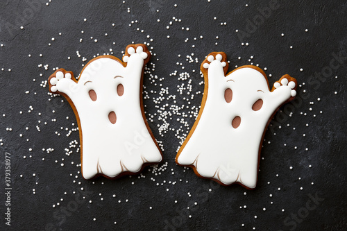 Foto Halloween gingerbread biscuits on black background
