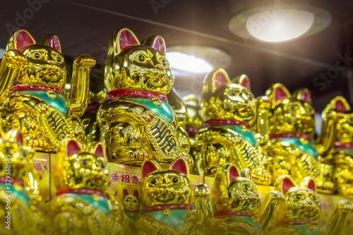 Chinesische Glückskatzen in Gold Fotobehang