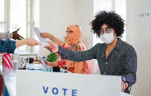 People with face masks voting in polling place, usa elections and coronavirus Tapéta, Fotótapéta