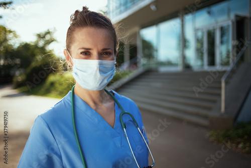 Fotografia modern physician woman in uniform outside near clinic
