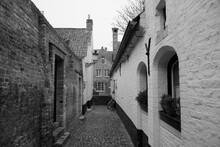"An Ancient Cobbled Lane Off Moerstraat, Showing Former Almshouse ""Vette Vispoort"", Dating From 1434, In Brugge, West Flanders, Belgium"