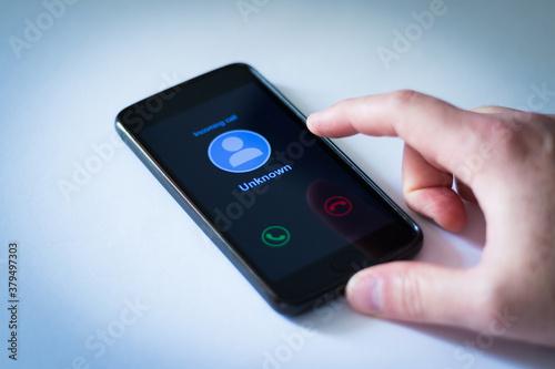 Cuadros en Lienzo Homem segurando celular recebendo chamada desconhecida - Fundo branco com vinhet