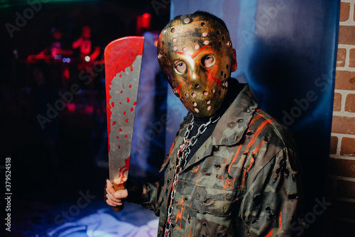 Valokuva man in a bloody costume and mask at a Halloween celebration