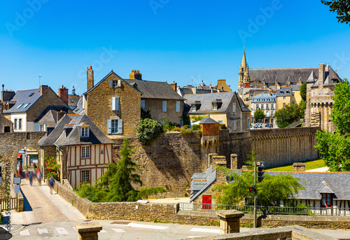 Fotografia Summer view of old city walls and gothic cathedral of French town of Vannes