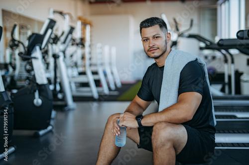 Obraz Muscular man at gym, rest. - fototapety do salonu
