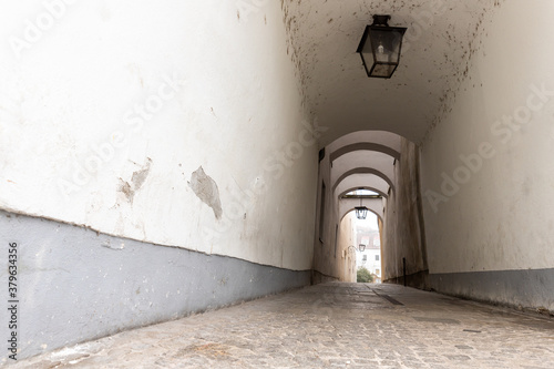 Photo Narrow inner paved stone urban street road passage in old european city