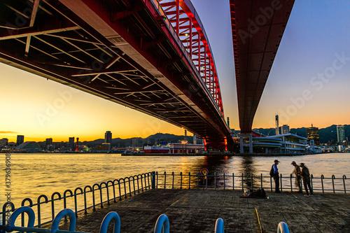 神戸大橋の下からの夕景