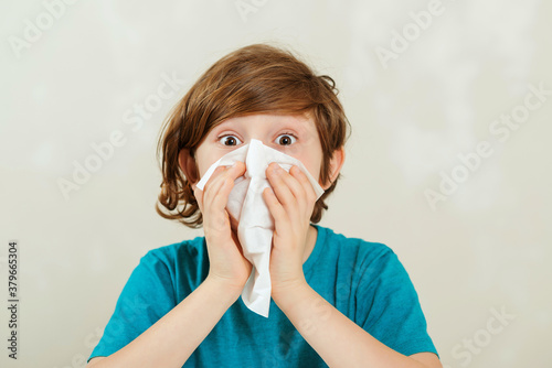 Foto Boy blowing runny nose