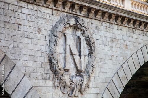 Cuadros en Lienzo bas relief en forme de N sur un pont en pierre
