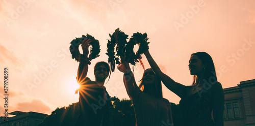 Fotografía Sagoma di studenti laureati con corona di alloro trionfale