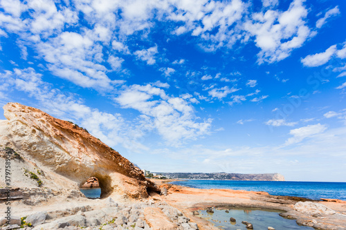 Fotografía Rock formation on crystal clear beach with good weather