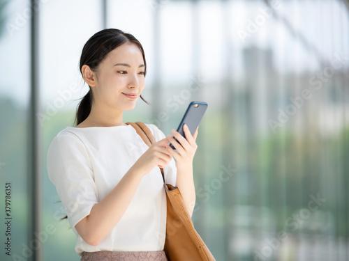 Fototapeta スマートフォンを使う女性 obraz