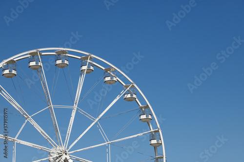 White ferris wheel against a blue sky background Tapéta, Fotótapéta
