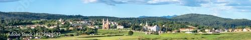 Photo Wide panorama of Cóbreces (Alfoz de Lloredo, Cantabria) with the mountain range
