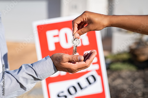 Obraz na plátně Real estate agent gives home keys to man