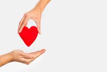 Manos Sosteniendo Un Corazón ...