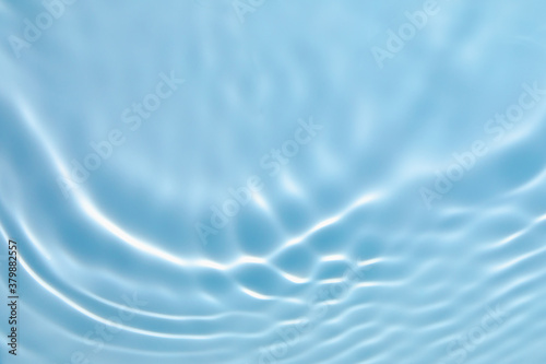 Photo De-focused blurred transparent blue colored clear calm water surface texture with splashes and bubbles