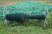 Zum Schutz Vor Tier Und Umwelteinflüssen Werden Schutznetze über Die Felder Gespannt