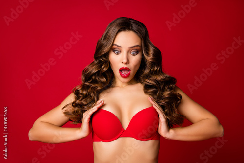 Photo Photo of attractive shocked perfect beauty wavy lady bright lipstick arms hold u