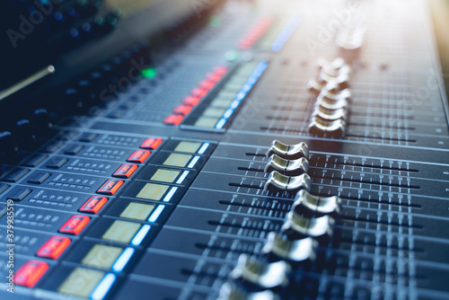 Cuadros en Lienzo professional concert mixing console is equipped with high-precision and long-stroke faders