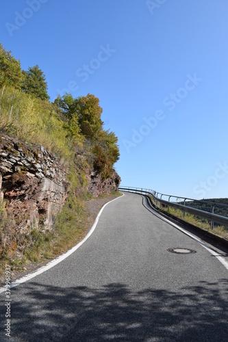 Obraz na plátně Herbststimmung auf engen Serpentinen zwischen Valwig und Valwiger Berg