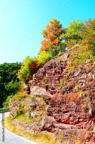 Fotografie, Obraz Herbststimmung auf engen Serpentinen zwischen Valwig und Valwiger Berg