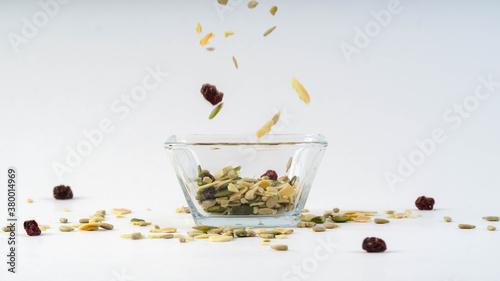 Papel de parede frutos secos cayendo en recipiente