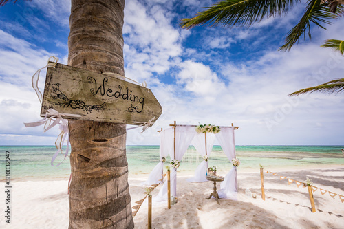 Stampa su Tela Close up view of wedding wooden plate on the palm tree and colorful decorated we