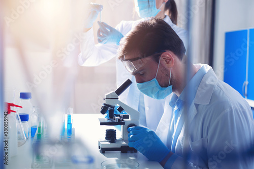 Canvas Print Doctor in the laboratory analyzes samples under a microscope